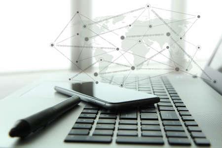 개념으로 나무 책상에 소셜 네트워크 다이어그램과 함께 노트북과 휴대 전화 및 스타일러스