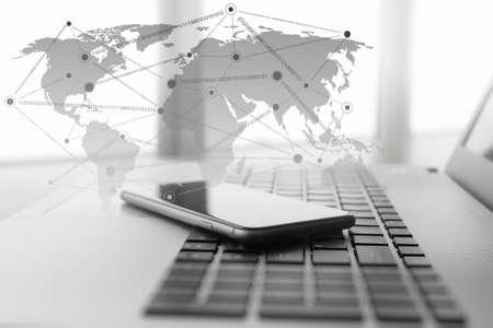 개념으로 나무 책상에 소셜 네트워크 다이어그램과 함께 노트북과 휴대 전화