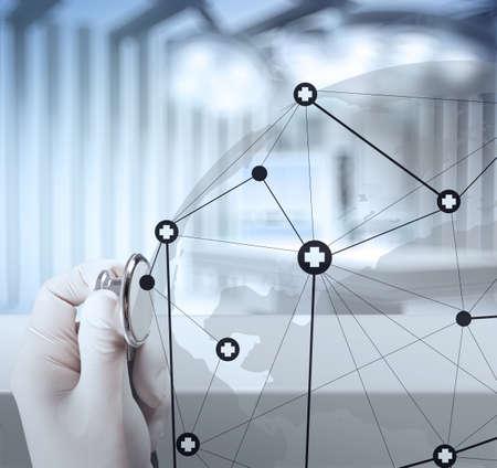 医学博士手医療ネットワーク概念として現代のコンピューターのインターフェイスでの作業