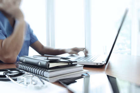 Arts werken met laptop in de medische werkruimte kantoor als concept Stockfoto - 38972230