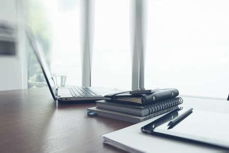 negocios: Lugar de trabajo de oficina con el ordenador portátil y el teléfono inteligente en la mesa de madera Foto de archivo