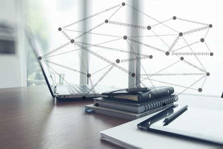Büro-Arbeitsplatz mit Laptop und Smartphone mit sozialen Netzwerkdiagramm auf Holz-Schreibtisch als Konzept Standard-Bild - 38972082