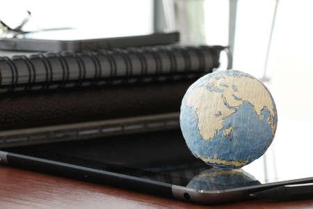 インターネット概念とボケ味露出 NASA から提供されたこのイメージの要素とデジタル タブレット コンピューターに空白のソーシャル メディア ダイ