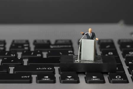PARLANTE: altavoz concepto-miniatura conferencia en línea en la Conferencia de negocios en el ordenador portátil