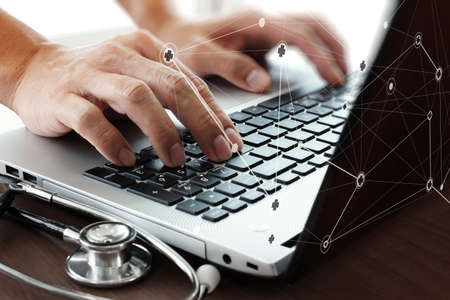 Mano del doctor que trabaja con el ordenador portátil en la oficina de área de trabajo médica como concepto Foto de archivo - 39826346