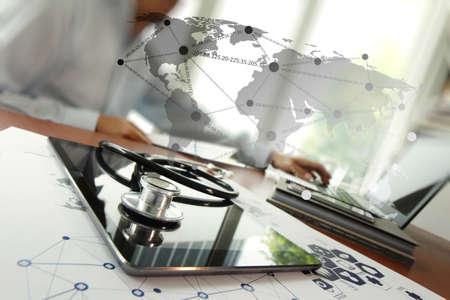 equipos: Médico que trabaja con la tableta digital y el ordenador portátil en la oficina de área de trabajo médico y diagrama de los medios de comunicación de la red médica como concepto