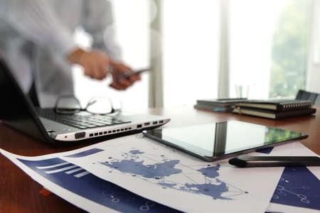 hoja de calculo: documentos de negocios en la mesa de oficina con teléfono inteligente y tableta digital y el hombre que trabajan en segundo plano Foto de archivo