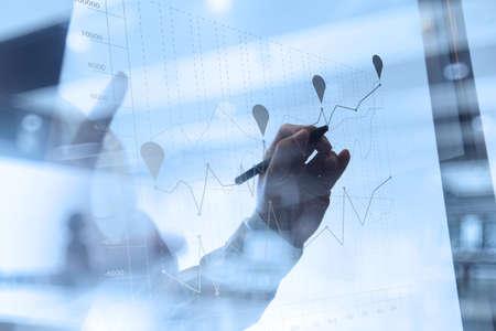 competencia: trabajar con la nueva estrategia del ordenador y de negocios moderno concepto de la mano de negocios
