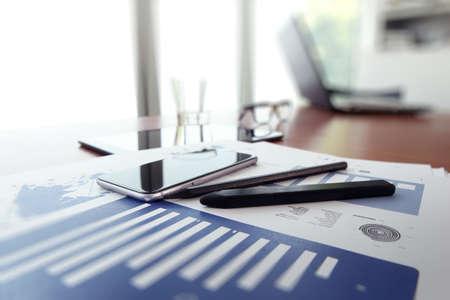 revisando documentos: documentos de negocios en la mesa de oficina con teléfono inteligente y la tableta digital como espacio de trabajo concepto de negocio