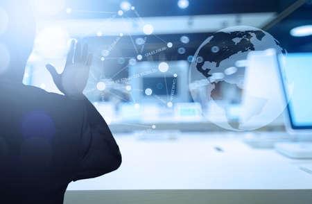 technik: Geschäftsmann, der mit moderner Technologie als Konzept