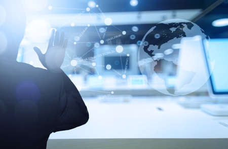 zakenman werken met moderne technologie als concept