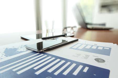 recursos financieros: documentos de negocios en la mesa de oficina con teléfono inteligente y la tableta digital como espacio de trabajo concepto de negocio