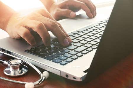 医師医療ワークスペース オフィスと曇り露出効果でデジタル タブレットとラップトップ コンピューターで作業 写真素材