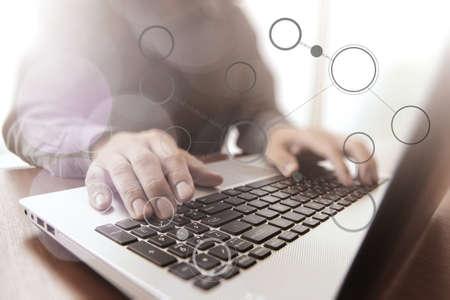 recursos financieros: Primer plano de la mano del hombre de negocios que trabaja en la computadora portátil con el efecto de la exposición nublado