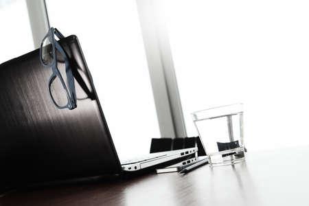 trabajo oficina: Lugar de trabajo de oficina con la computadora portátil y el teléfono inteligente y gafas en la mesa de madera