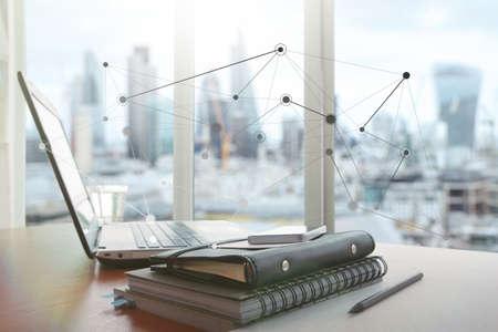 Ordinateur portable est sur le bureau en bois comme concept de lieu de travail avec effet couvert avec diagramme de médias sociaux Banque d'images - 41471094