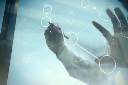 exposici�n: Doble exposici�n de negocios que trabajan con la nueva estructura moderna espect�culo ordenador de la red social y la exposici�n bokeh