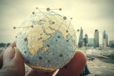 mundo manos: close up de la mano de negocios que muestra la textura del mundo con concepto digital diagrama de red de medios sociales Foto de archivo