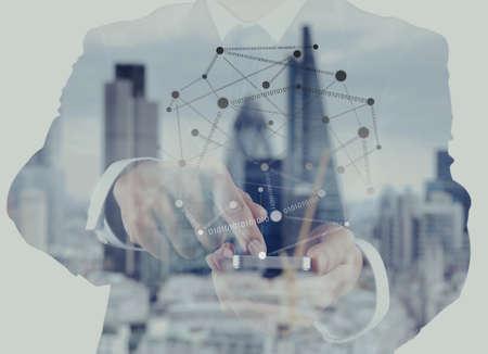 exposicion: Doble exposición de éxito de negocios usando el teléfono inteligente y el diagrama de los medios de comunicación social con la ciudad de londres fondo borroso