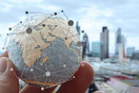 conexiones: close up de la mano de negocios que muestra la textura del mundo con concepto digital diagrama de red de medios sociales Foto de archivo