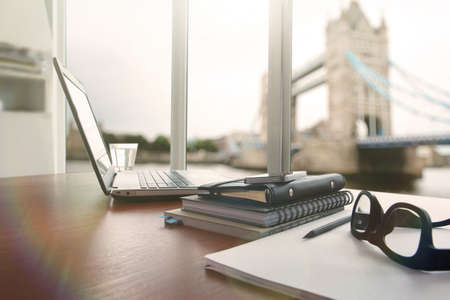 laptop is op houten bureau als werkplek concept met bewolking effect