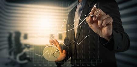 Gros plan de l'homme d'affaires travaillant main sur ordinateur portable avec le diagramme des médias sociaux et carte graphique de bureau en bois que le concept Banque d'images - 41475460