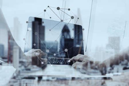 exposici�n: Doble exposici�n de negocios que trabajan con la nueva estructura moderna espect�culo ordenador de la red social y la ciudad de londres fondo borroso Foto de archivo