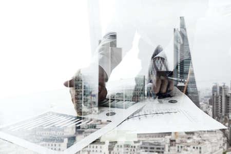 exposicion: Doble exposición de negocios que trabajan con ordenador nuevo y moderno de la ciudad de londres fondo borroso
