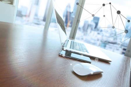 muis en de laptop is op houten bureau als werkplek concept met sociaal netwerk diagram