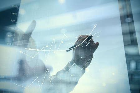 iş: kavram olarak yeni modern bilgisayar ve iş stratejisi ile çalışan işadamının eli Stok Fotoğraf