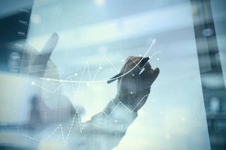 empresario: trabajar con la nueva estrategia del ordenador y de negocios moderno concepto de la mano de negocios