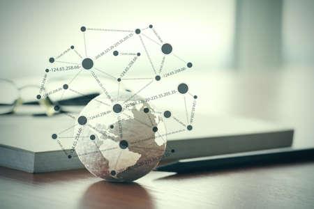 tiré par la main globe de texture avec le blanc schéma de médias sociaux sur ordinateur tablette numérique internet concept