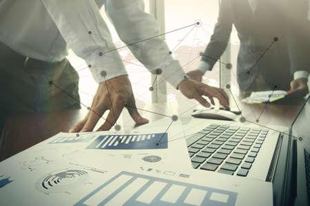 documentos: documentos de negocios en la mesa de oficina con teléfono inteligente y la tableta digital y lápiz y dos colegas en discusiones datos en segundo plano