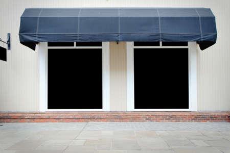 Shopfront vintage store front met canvas luifels en blanco display