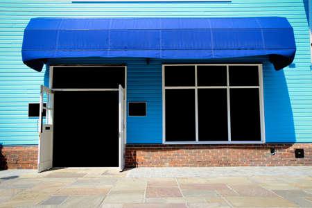 anuncio publicitario: Frente de la tienda de la vendimia shopfront con toldos de lona y pantalla en blanco
