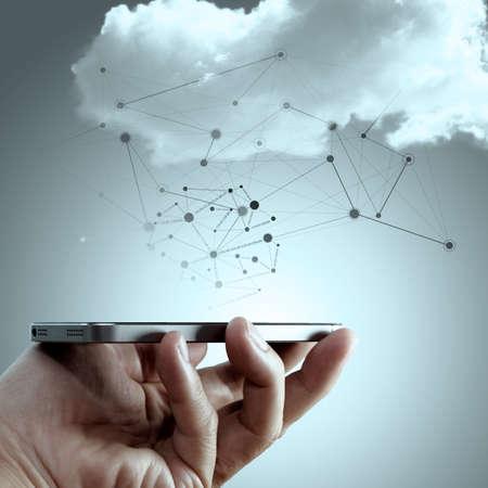 クラウドのネットワークでコミュニケーションの社会的なメディア ダイアグラム ネットワーク概念の携帯電話を持つ手