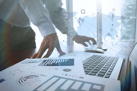 documentos de negocios en la mesa de oficina con teléfono inteligente y la tableta digital y diagrama de negocio gráfico y hombre que trabaja en el fondo con el diagrama de los medios sociales