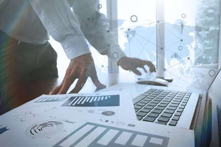 desarrollo económico: documentos de negocios en la mesa de oficina con teléfono inteligente y la tableta digital y diagrama de negocio gráfico y hombre que trabaja en el fondo con el diagrama de los medios sociales