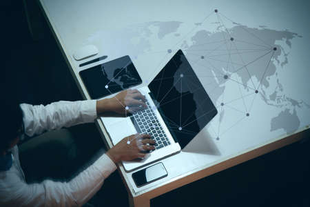 ビジネス ドキュメントとデジタル タブレットとソーシャル メディア ダイアグラムとスマート ラップトップ コンピューターで作業する人のオフィ
