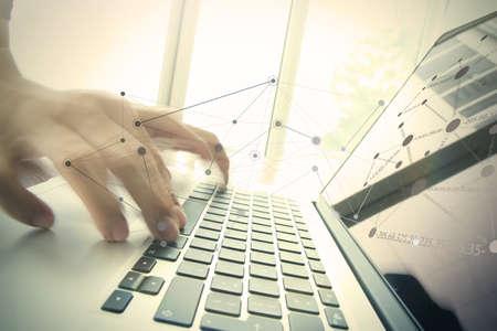obchodník ruční práci s obchodních dokumentů v kanceláři stolu s přenosným počítačem se sociálními médii schématu