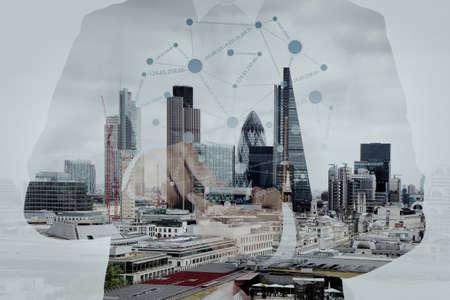 exposicion: Doble exposición de éxito de negocios usando el teléfono inteligente y el diagrama de los medios de comunicación social con la ciudad de Londres borrosa