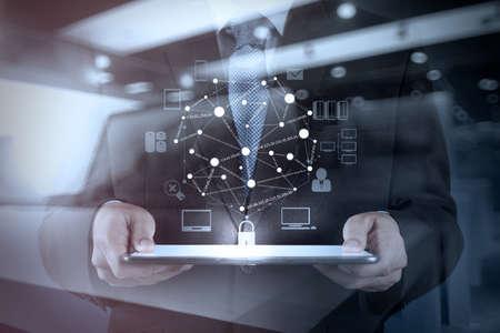 Doppelbelichtung von Geschäftsmann arbeitet mit digitalen Tablet-Computer Show sozialen Netzwerk-Struktur und Bokeh Exposition Standard-Bild