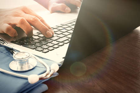 Arzt Hand mit Laptop-Computer in der medizinischen Arbeitsbereich Büro als Konzept