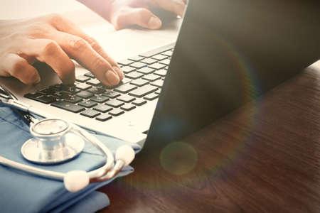 Mano del doctor que trabaja con el ordenador portátil en la oficina de área de trabajo médica como concepto