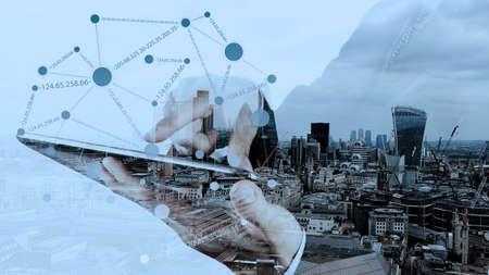 Doble exposición de negocios que trabajan con la nueva estructura moderna espectáculo ordenador de la red social y la ciudad de Londres como concepto