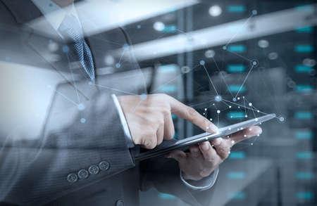 Dubbele belichting van zakenman werken met nieuwe moderne computer tonen sociaal netwerk structuur en bokeh blootstelling