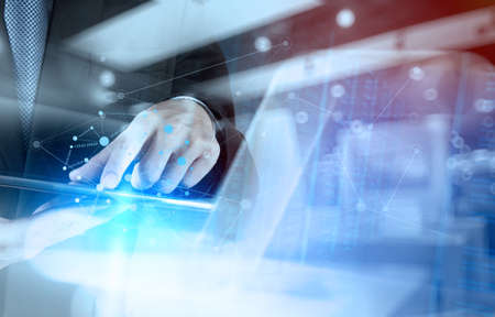 бизнес: Двойная экспозиция бизнесмен, работающий с новой структурой современный компьютер шоу социальной сети и боке воздействия