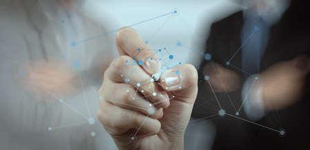 conexiones: Doble exposición de la mano de negocios que trabaja con la nueva estructura moderna espectáculo ordenador de la red social y la exposición bokeh