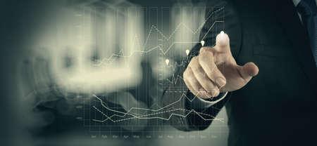 esquema: trabajar con la nueva estrategia del ordenador y de negocios moderno concepto de la mano de negocios