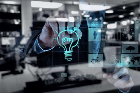 Double exposition d'homme d'affaires travaillant main avec la nouvelle stratégie informatique et d'affaires moderne comme le concept Banque d'images